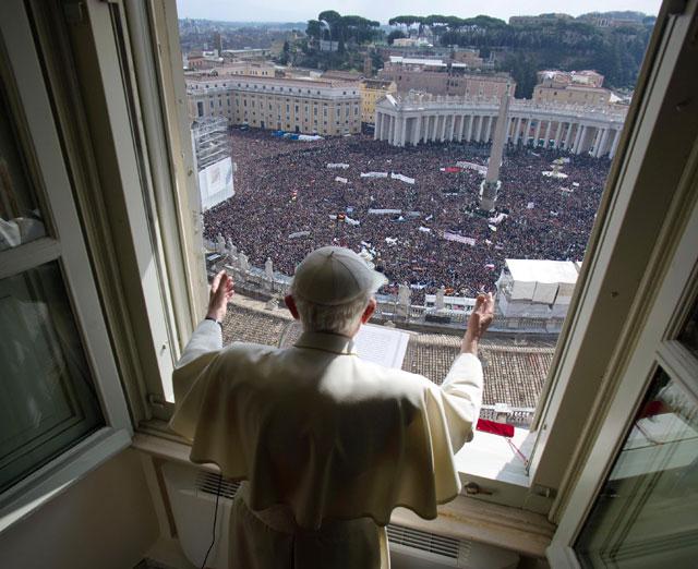 gty_vatican_city_pope_window_thg_130226_