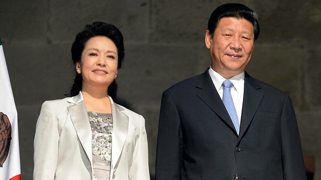 PHOTO: Chinese President Xi Jinping and Chinese First Lady Peng Liyuan pose for photographers after receiving the key to the city in Mexico City, June 5, 2013.