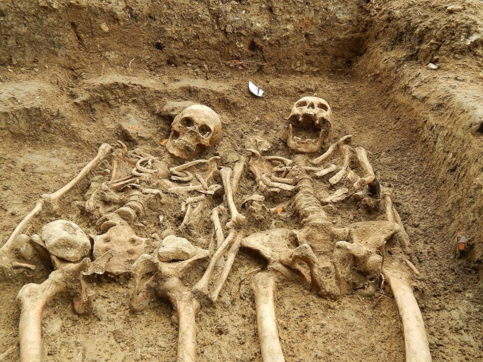 Antes / Despues - Página 3 Ht_hallaton_skeletons_holding_hands_01_jc_140917_4x3_992