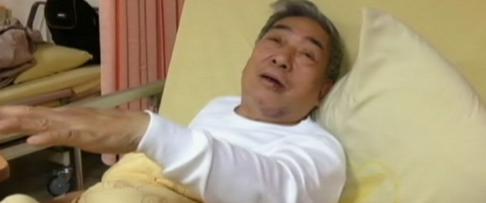 PHOTO: Taiwan TransAsia plane crash survivor Huang Jin-Sun describes the final moments before the crash to a reporter from his hospital bed.