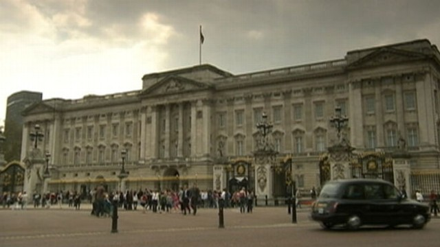 VIDEO: Police apprehended a 44-year-old man who tried to run through a palace gate.