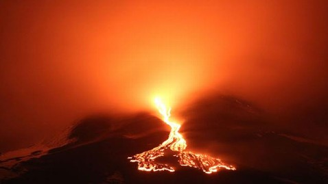 zp mount etna erupts ll 120424 wblog Today in Pictures: Etna Erupts, Primary Elections, Hindu Trance