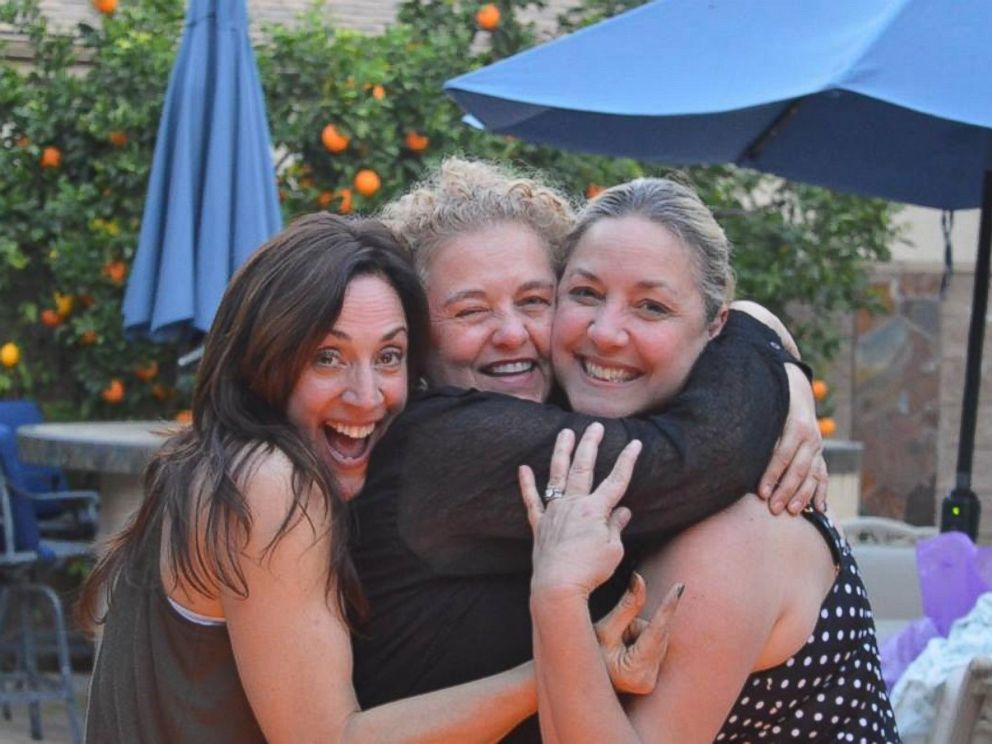 PHOTO:Ochoa photographed with her two sisters during their reunion.