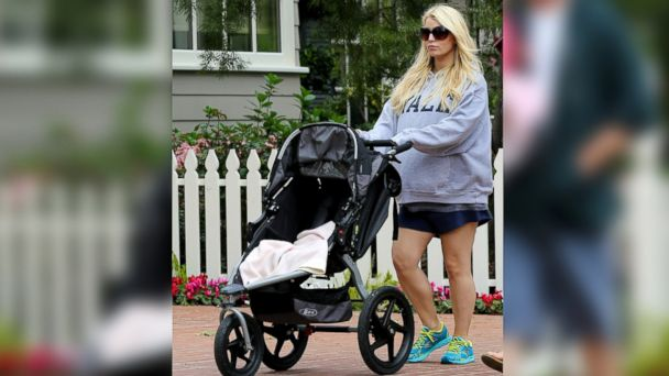PHOTO: Jessica Simpson is seen pushing a BOB stroller in Toluca Lake, Calif. on March 31, 2013.
