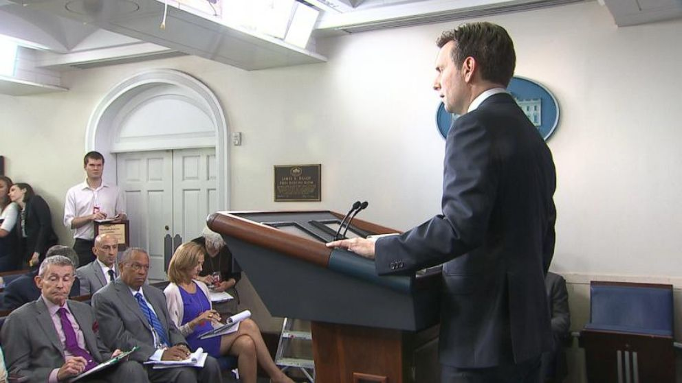 Intern Faints During White House Press Briefing