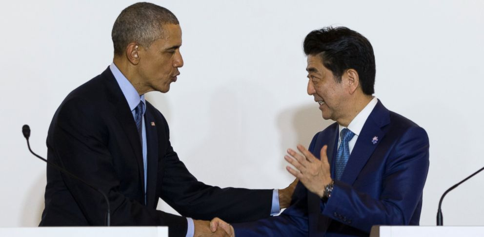 PHOTO: President Barack Obama and Japanese Prime Minister Shinzo Abe shake hands after speaking to media in Shima, Japan, May 25, 2016.
