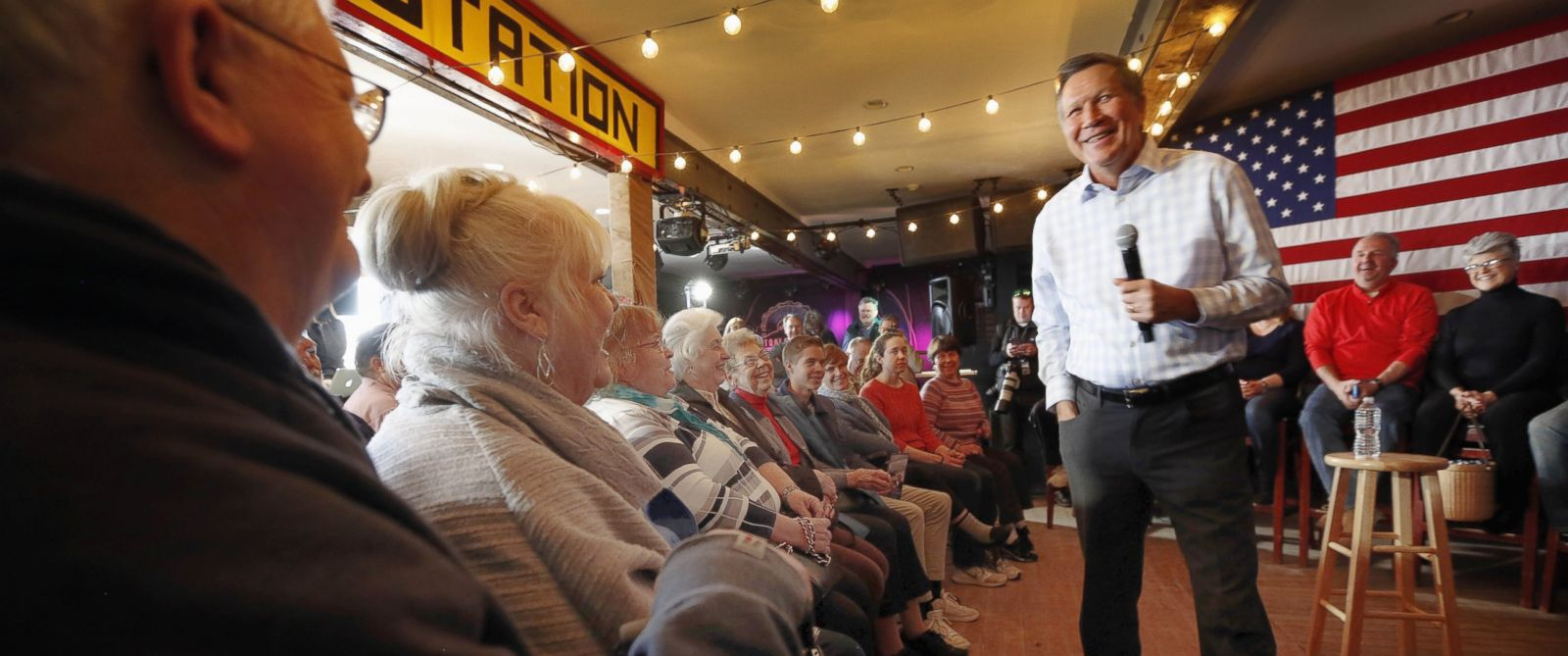 PHOTO: Republican presidential candidate Gov. John Kasich speaks to voters during a campaign stop at a music club tavern called the Stone Church, Jan. 25, 2016, in Newmarket, N.H.