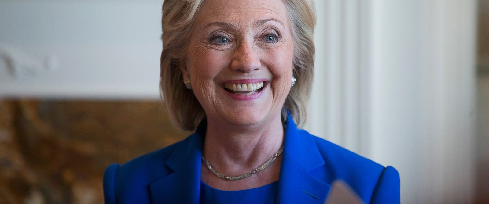PHOTO: Democratic Presidential candidate Hillary Clinton chats with supporters during a campaign stop at the home of Chuck and Linda Smoley on June 13, 2015 in Sioux City, Iowa.