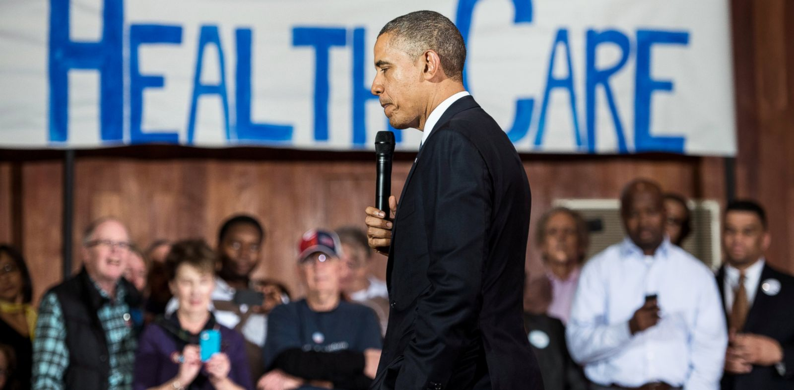 PHOTO: President Barack Obama pauses while speaking at Temple Emanu-El, Nov. 6, 2013, in Dallas.