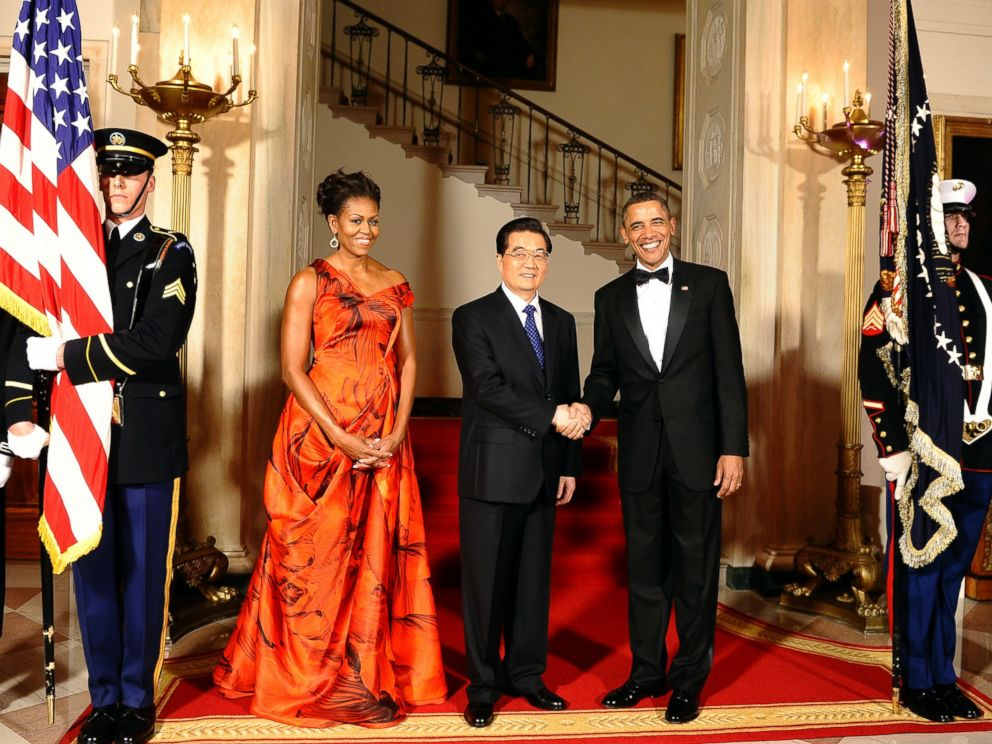 PHOTO: Barack Obama shakes hands with Hu Jintao as Michelle Obama looks on