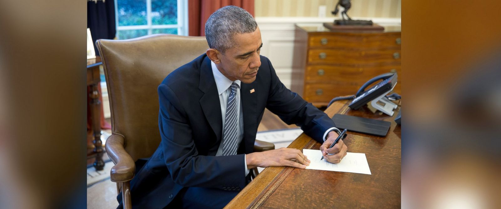 Letter to cuba on first direct mail flight in 50 years nac photo president barack obama signs a letter to ileana yarza a 76 year aljukfo Images