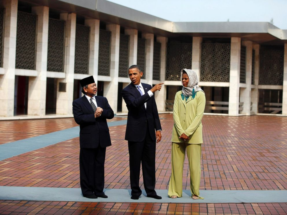 PHOTO: President Barack Obama and first lady Michelle Obama tour the Istiqlal Mosque in Jakarta, Nov. 10, 2010.