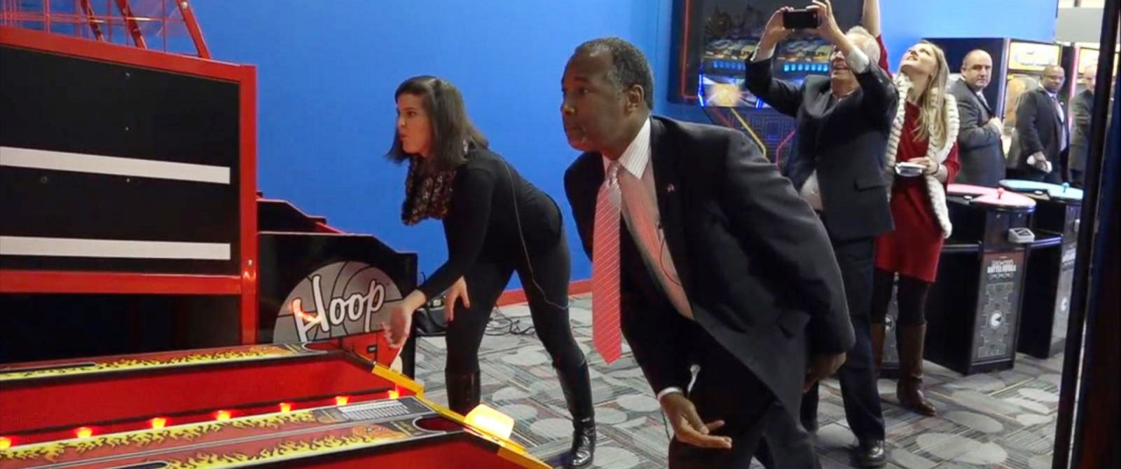 PHOTO: Republican presidential candidate Ben Carson plays skee ball with ABC News reporter Katherine Faulders at Fort Frenzy, an arcade in Fort Dodge, Iowa, Jan. 11, 2016.