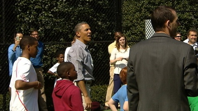 VIDEO: White House visitors celebrating Easter look on as President Obama works to sink a basket.