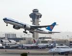 PHOTO: Airplane taking off
