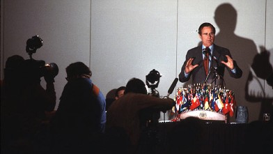 PHOTO: George Bush speaks with reporters Jan. 5, 1980 in Iowa.