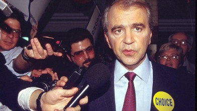 PHOTO: Presidential primary candidate Senator Paul Tsongas (D-MA) speaks with reporters Nov. 2, 1991 in Manchester, NH.