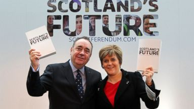 PHOTO: Scotlands First Minister Alex Salmond and Deputy First Minister Nicola Sturgeon hold copies of its blueprint for independence after it was launched in Glasgow, Nov. 26, 2013.