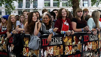 PHOTO: Fans wait for the arrival of the British boyband One Directio