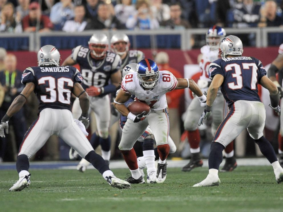 PHOTO: Amani Toomer of the New York Giants runs with the ball during Super Bowl XLII
