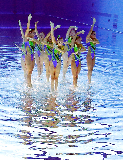 ap 2 synchronized swimmers flipped nt 120810 blog Photoshop Magic: Synchronized Swimmers Stand on Water