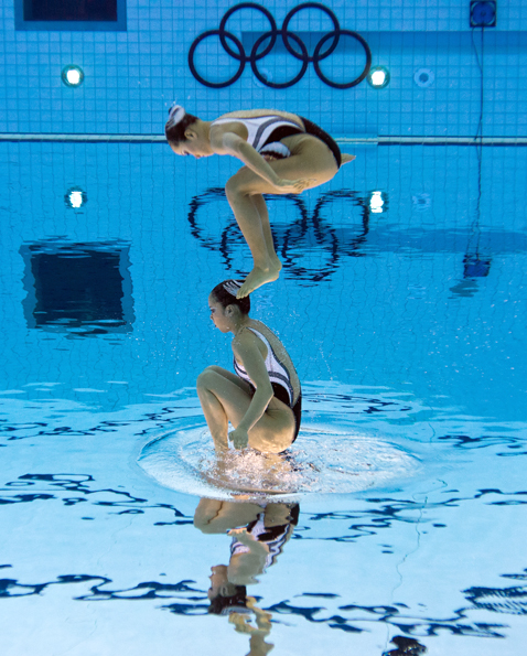 gty 5 synchronized swimmers flipped nt 120810 blog Photoshop Magic: Synchronized Swimmers Stand on Water