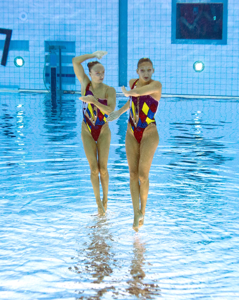 gty 6 synchronized swimmers flipped nt 120810 blog Photoshop Magic: Synchronized Swimmers Stand on Water