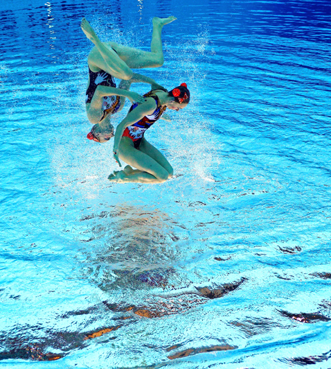 gty 7 synchronized swimmers flipped nt 120810 blog Photoshop Magic: Synchronized Swimmers Stand on Water
