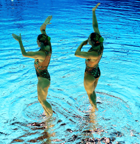gty 8 synchronized swimmers flipped nt 120810 blog Photoshop Magic: Synchronized Swimmers Stand on Water