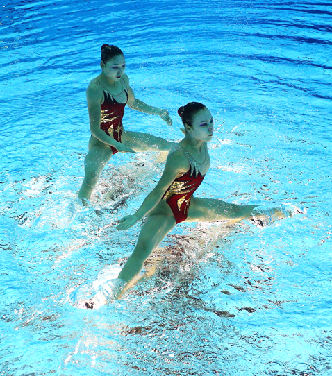 gty 9 synchronized swimmers flipped nt 120810 blog Photoshop Magic: Synchronized Swimmers Stand on Water