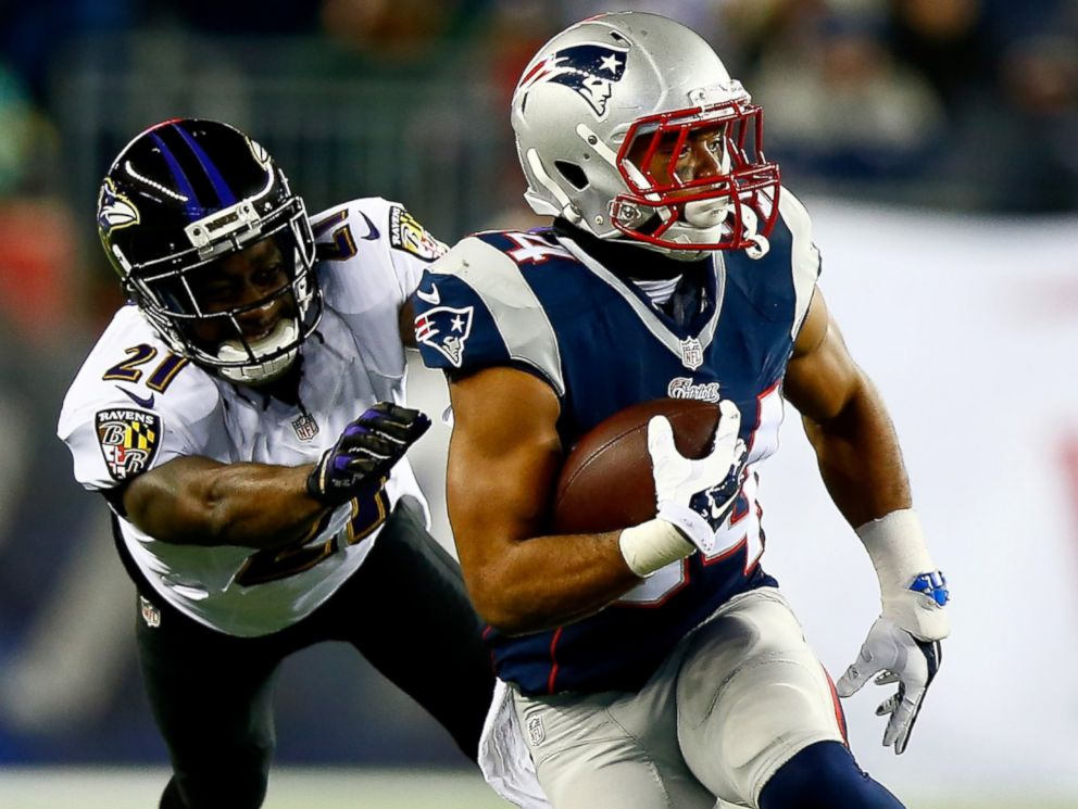 PHOTO: Shane Vereen #34 of the New England Patriots and Lardarius Webb #21 of the Baltimore Ravens during the 2015 AFC Divisional Playoffs game, Jan. 10, 2015 in Foxboro, Mass.