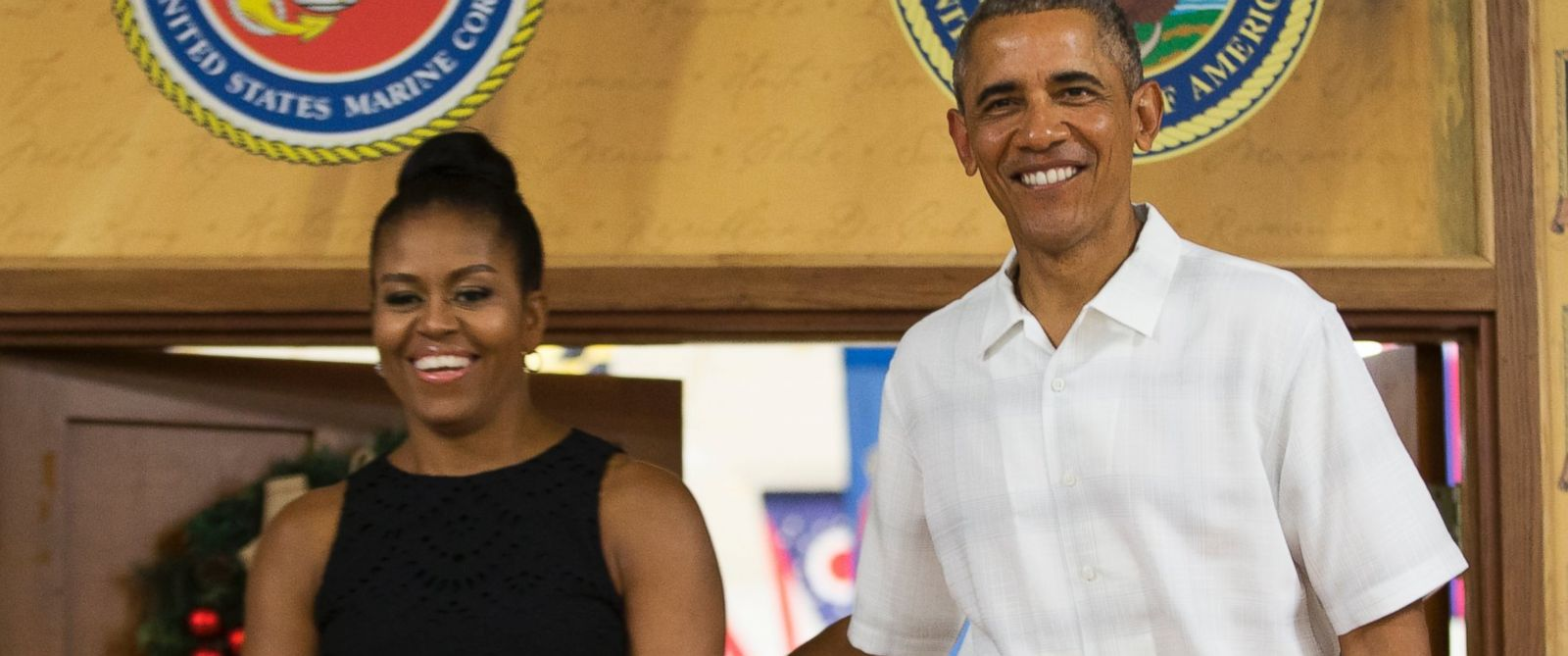 PHOTO:Michelle Obama and President Barack Obama arrive for an event to thank service members and their families at Marine Corp Base Hawaii, Dec. 25, 2015, in Kaneohe Bay, Hawaii.