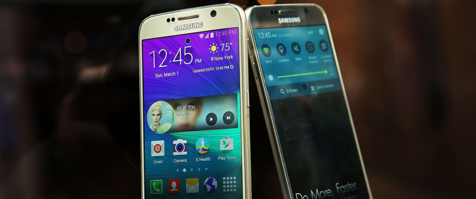 PHOTO: Samsungs latest flagship smartphones, the Galaxy S6 and the S6 Edge, are viewed in the window of a Samsung store on the day of their release in this April 10, 2015 file photo in New York.
