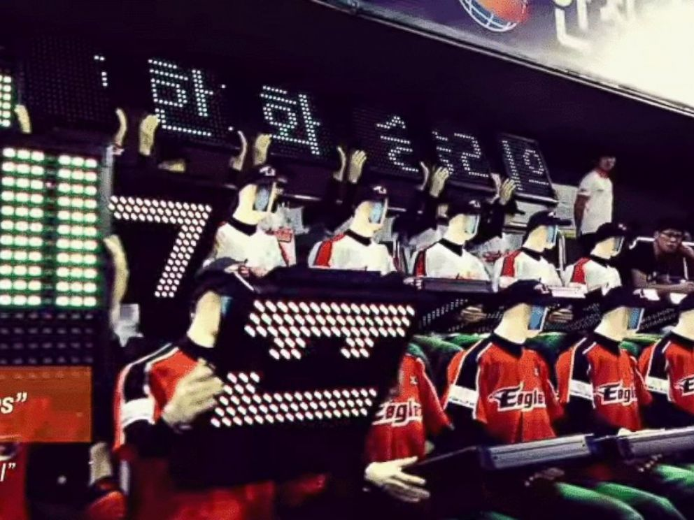 PHOTO: Koreas Hanwha Eagles have robotic fans.