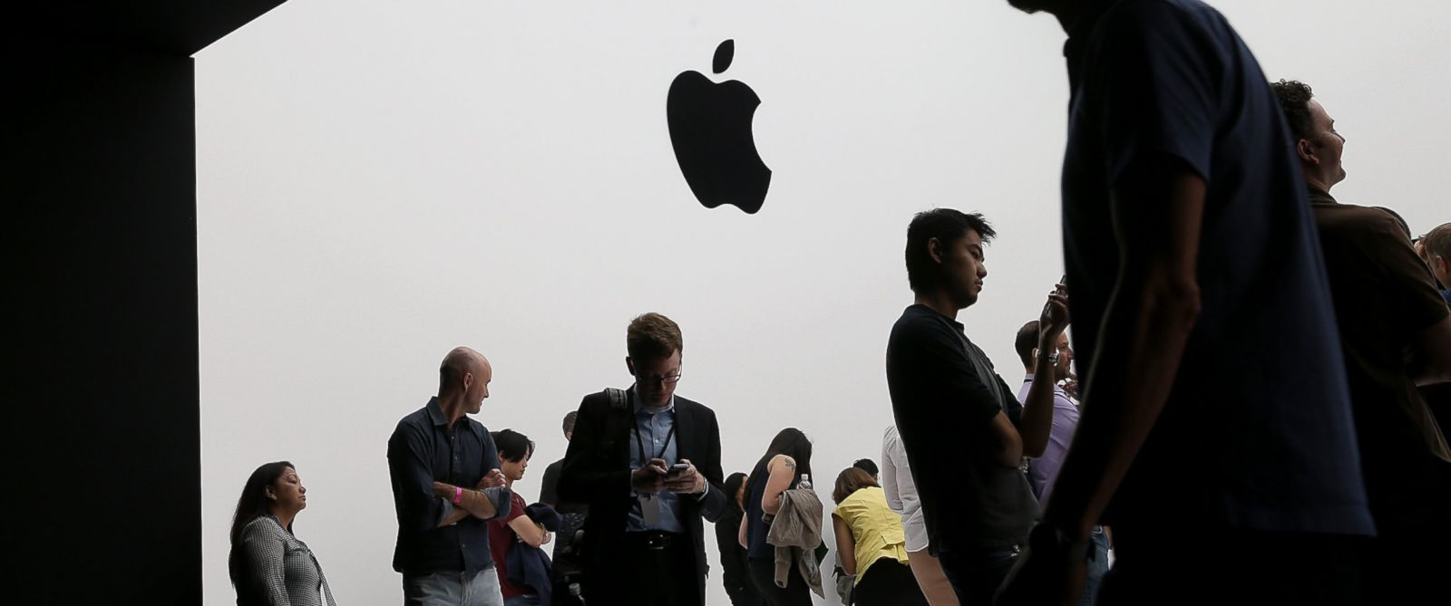 PHOTO: Attendees gather during an Apple special event at the Flint Center for the Performing Arts, Sept. 9, 2014 in Cupertino, California.