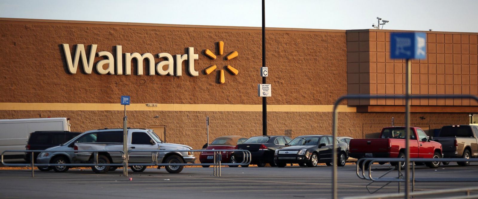 PHOTO: Vehicles sit parked outside a Walmart store in Shelbyville, Ky., May 18, 2015.