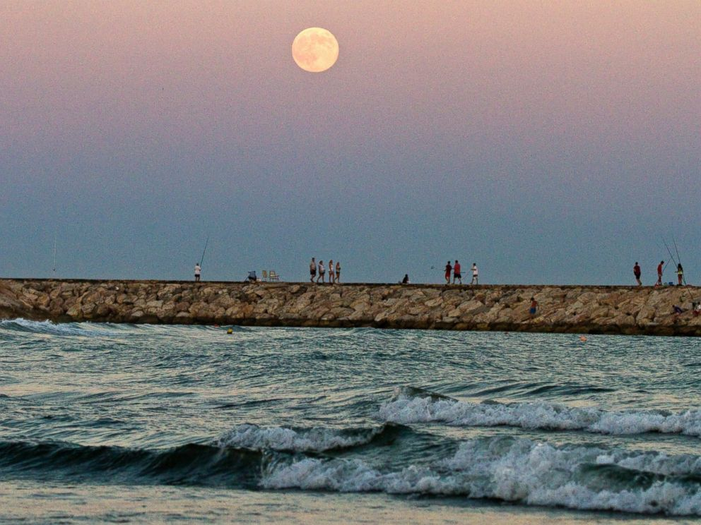 PHOTO: The supermoon rises over the Mediterranean sea at Cabopino beach in southern Spain, August 10, 2014.