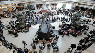 PHOTO: A long line of travelers winds around the atrium at Hartsfield-Jackson International Airport, Feb. 13, 2014, in Atlanta.