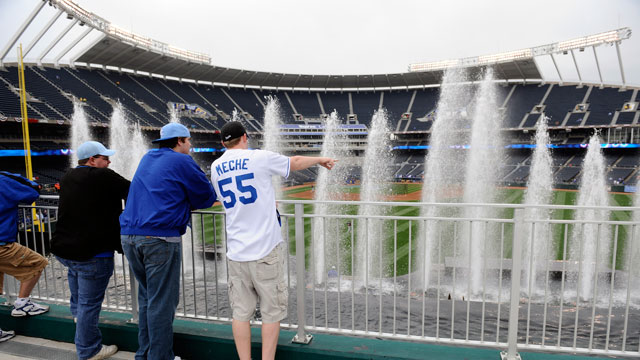 PHOTO: Fans of the Kansas City Royals watch the fountains as the Detroit Tigers take batting practice prior to the season-opener against the Kansas City Royals on April 5, 2010 at Kauffman Stadium in Kansas City, Missouri.