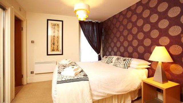 PHOTO: This River Thames Rental has a balcony with a perfect view of the River Thames in London, England.