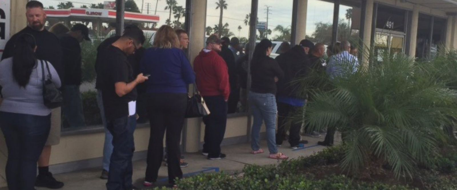 PHOTO: People lined up at the Turners Outdoorsman gun shop in Southern California, Dec. 6, 2015.