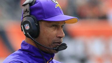 PHOTO: Minnesota Vikings head coach Leslie Frazier watches in the first half of an NFL football game against the Cincinnati Bengals, Dec. 22, 2013, in Cincinnati.