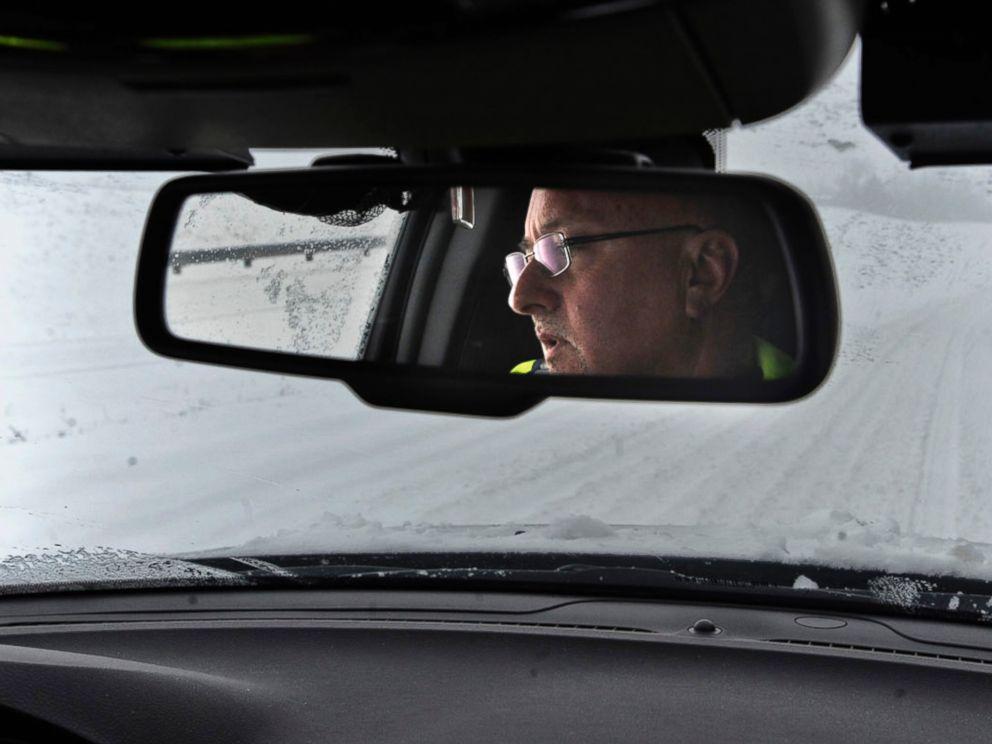 PHOTO: Boyle County Sheriff Marty Elliott drives slowly in the deep snow, Feb. 16, 2015, on U.S. 127 in Danville, Ky.