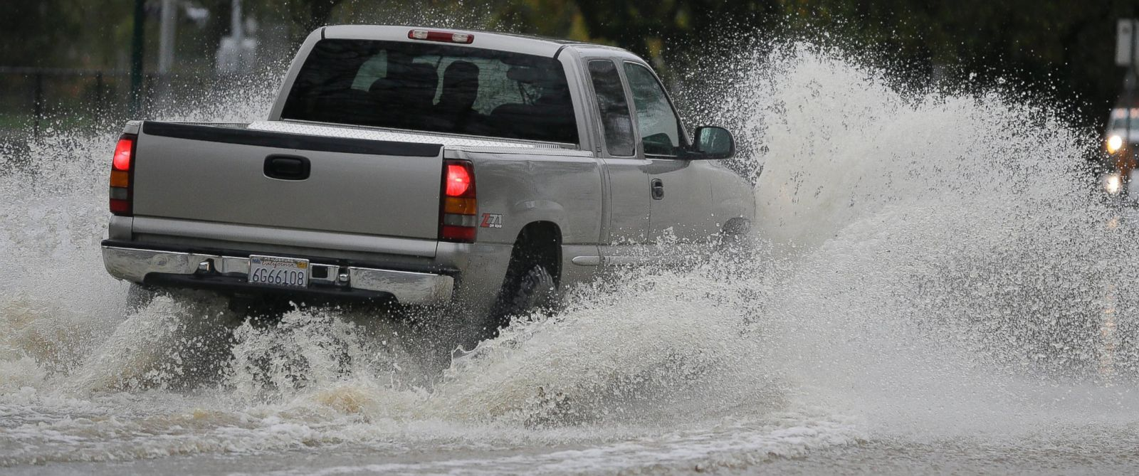 PHOTO: A pickup makes its way down a flooded street, Dec. 11, 2014, in Healdsburg, Calif.