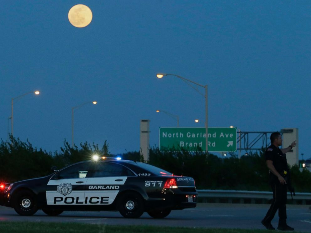 PHOTO: An armed police officer stands guard near the Curtis Culwell Center, May 3, 2015, in Garland, Texas.