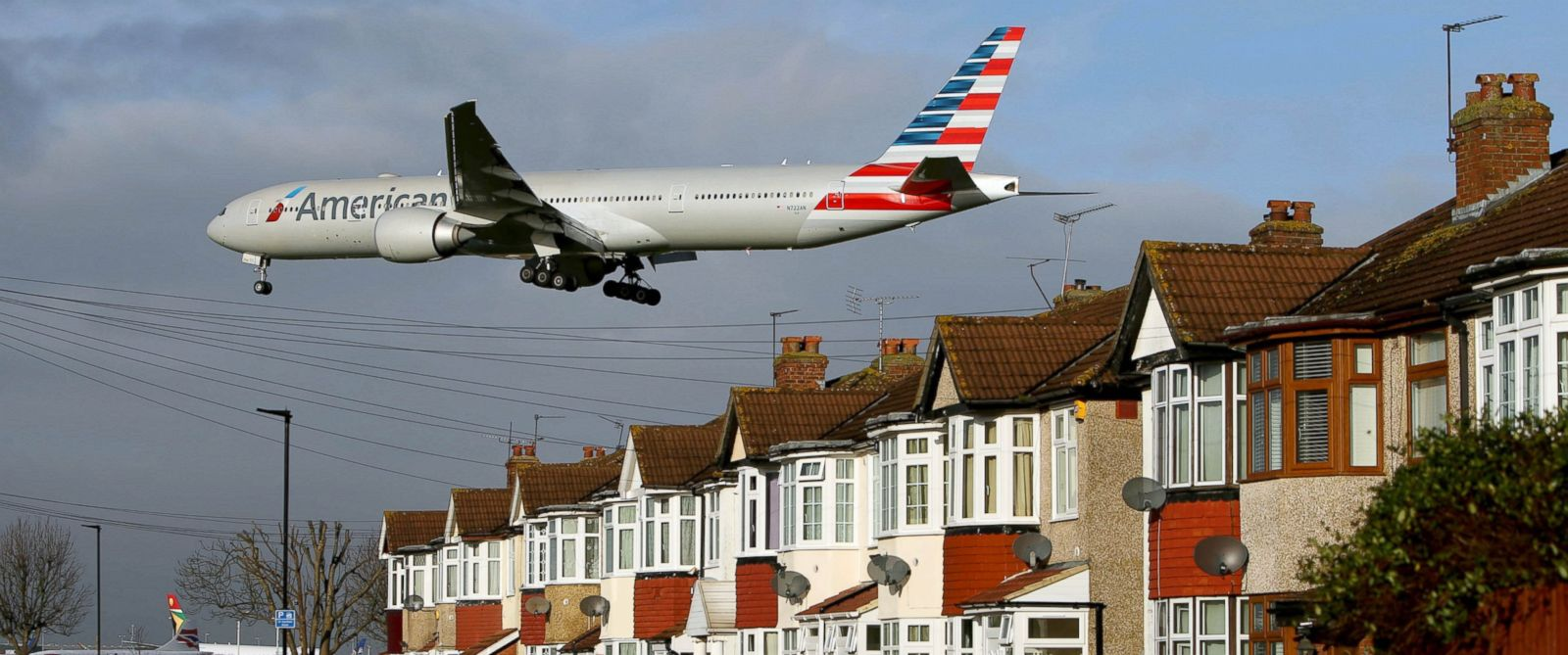 PHOTO: An American Airlines Boeing 777-323 plane lands over houses in Myrtle Avenue near Heathrow Airport, west London, Jan. 4, 2016.