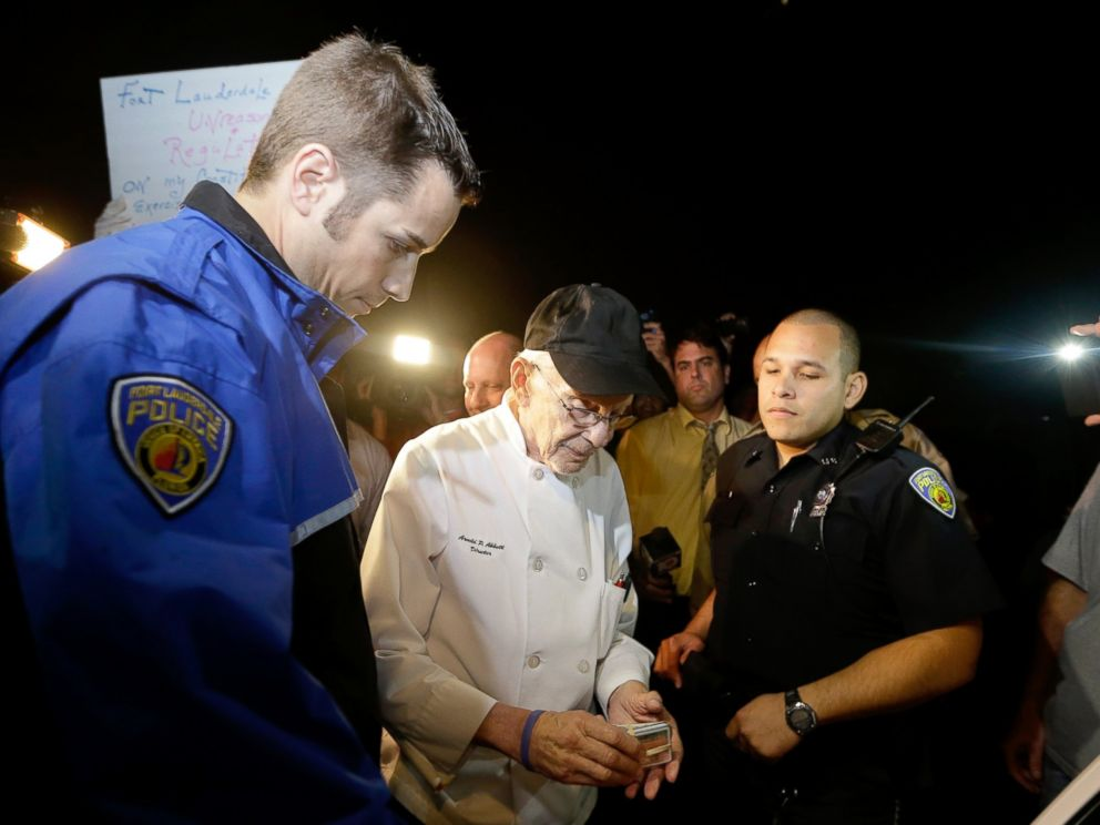 PHOTO: Homeless advocate Arnold Abbott, 90, of the nonprofit group Love Thy Neighbor Inc., center, is questioned by a Fort Lauderdale police officer, Nov. 5, 2014, in Fort Lauderdale, Fla.