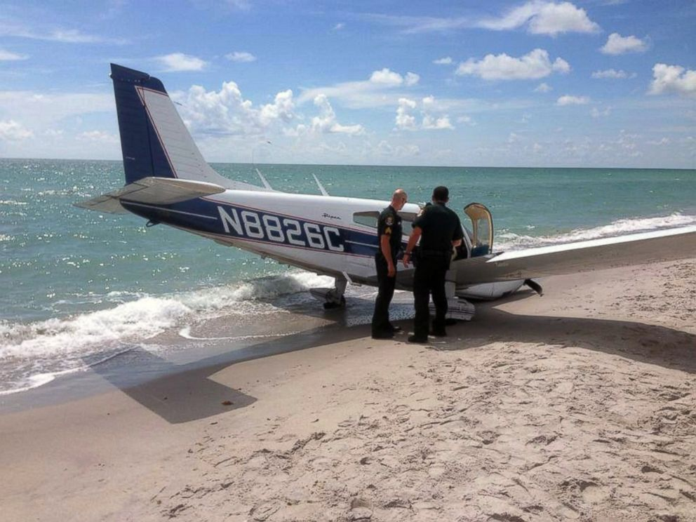 PHOTO: Emergency personnel look at the scene of a small plane crash in Caspersen Beach in Venice, Fla., July 27, 2014.