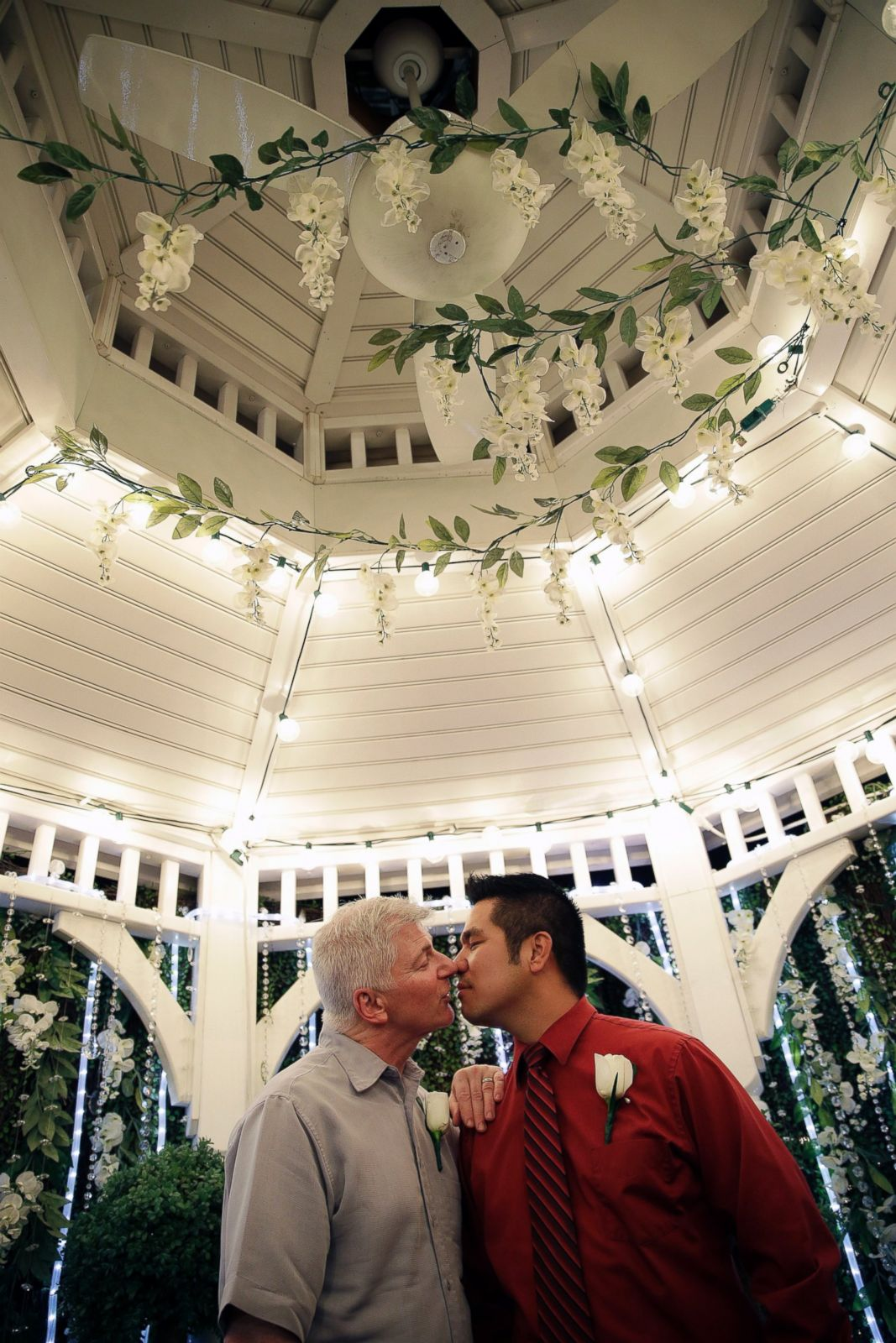 Ap gay marriage las vegas 7 sk 141010 2x3 1600jpg for Same sex wedding las vegas