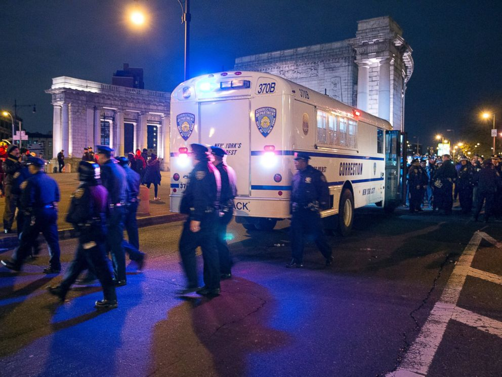 PHOTO: NYPD police officers surround a Department of Corrections bus at the Manhattan side of the Manhattan Bridge, Dec. 4, 2014, in New York.